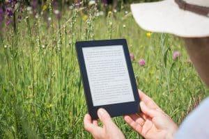 La douleur ou la maladie vous empêchent de lire un bon livre ? Trouvez dans cet articles des alternatives pour épancher votre soif de lecture sans forcer sur votre corps ! 2. La liseuse