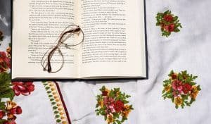 La douleur ou la maladie vous empêchent de lire un bon livre ? Trouvez dans cet articles des alternatives pour épancher votre soif de lecture sans forcer sur votre corps !