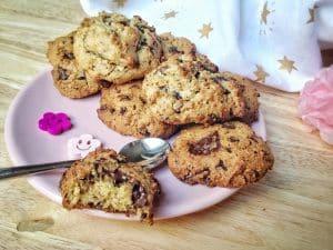 Vous avez envie de cookies croustillants à l'extérieur et moelleux à l'intérieur, mais sans gluten, sans lactose, sans oeuf, l'expérience vous semble compromise ? Et si vous testiez cette recette-ci ? #vegan #sansgluten #cookies