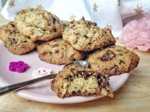 Vous avez une envie soudaine de délicieux cookies croustillants à l'extérieur et fondants à l'intérieur, bourrés de grosses pépites de chocolat coulant à souhait, mais sans gluten, sans lactose et sans oeuf vous vous dites que c'est mission impossible ? Mais non, j'ai LA recette qui apaisera votre appétit ! #vegan #sansgluten #cookies