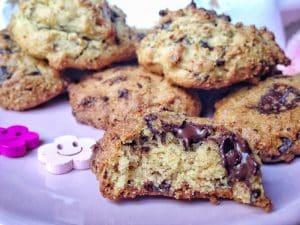 Hummm, le bon Cookies ! Et si je vous disais qu'il est sans gluten, sans lactose et sans oeuf, vous y croiriez, vous ? Eh bien oui, ce ne sont pas des bobards, vos rêves sont enfin devenus réalité, prenant la forme de ces délicieux cookies croustillants à l'extérieur et fondant à l'intérieur ! #vegan #sansgluten #cookies