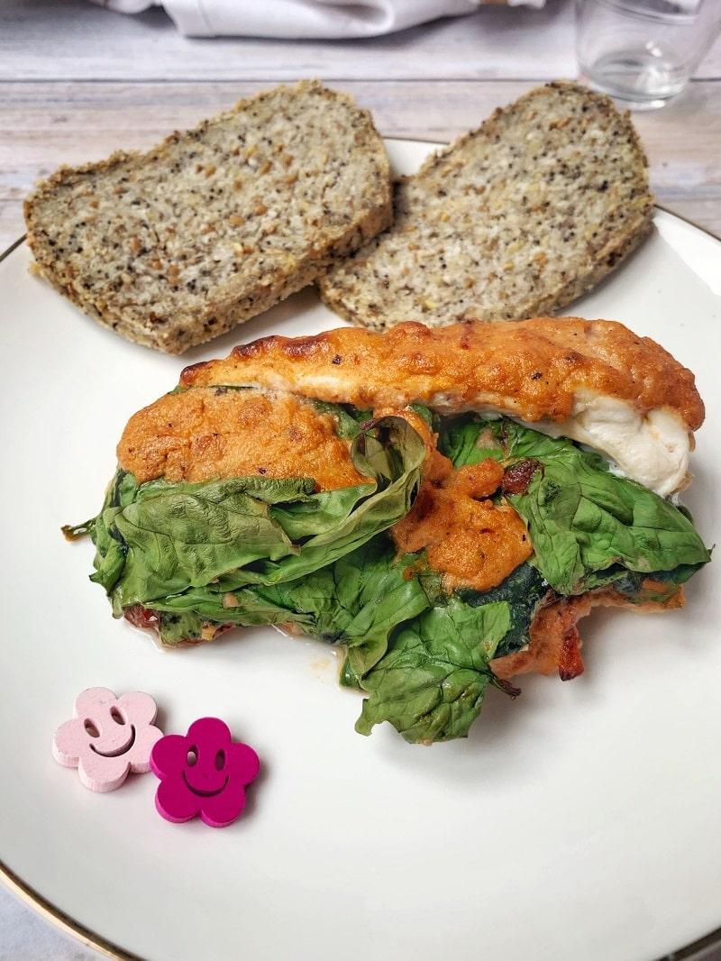 Un délicieux poulet crémeux aux tomates et sans lactose ? Grâce à la crème de cajou, c'est possible ! Fourré aux épinards, prêt en deux deux, que demander de plus ? #glutenfree #lactosefree