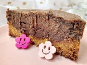 Un délicieux gâteau au chocolat digne d'une pâtisserie, sans gluten, sans lactose et sans oeuf, c'est possible ? Imaginez une croûte sablée surmontée d'un délicieux croustillant très chocolat et d'une couche chocolatée façon cheesecake... Un délice ! Dépêchez-vous de tester cette petite merveille ! par Un Sourire aux Lèvres #vegan #glutenfree #chocolat #grosgâteau