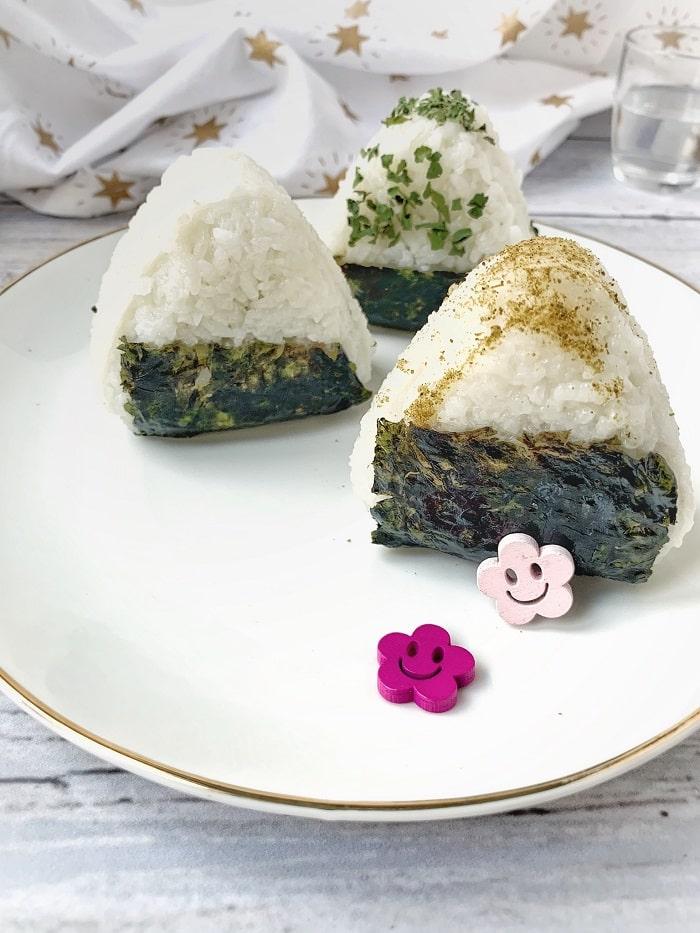 Des onigiris, la version japonaise du sandwich, certifié sans gluten, sans lactose et sans oeuf ! Parfait pour les intolérances alimentaires / Un Sourire aux Lèvres